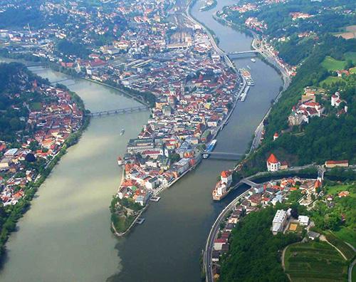 место слияния рек ильц и инн в пассау, германия.