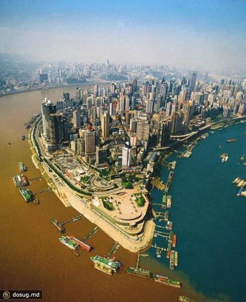 Место слияния рек Цзялин и Янцзы в Чунцине, Китай.