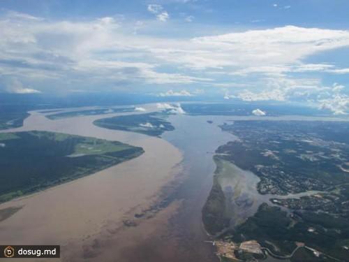 Место слияния рек Рио-Негро и Солимойнс рядом с Манаусе, Бразилия.