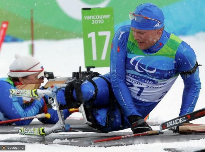 """Владимир Киселев в возрасте 12 лет попал в аварию. После операции врач сказал ему: """"Ничего, ты еще по двору на велосипеде гонять будешь"""". Знаменитым велосипедистом Владимир не стал, он стал биатлонистом, двукратным чемпионом Паралимпийских игр-2006. Одну из своих золотых медалей Владимир Киселев подарил тренеру Ирине Громовой, которая верила в его силы, наверное, больше, чем сам спортсмен. Паралимпиада в Турине была первыми зимними Играми Киселева, до этого он занимался легкой атлетикой. В Сиднее Владимир пришел к финишу четвертым. Хотел бросить спорт, не занимался пять лет. Но тренеры, родные, близкие, друзья убедили его вернуться. Говорили, что надо продолжать. И оказались правы."""