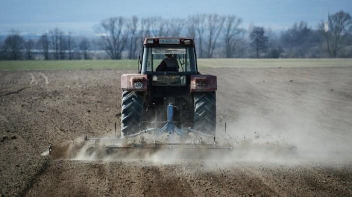 Секс в поле с трактористами трахаются
