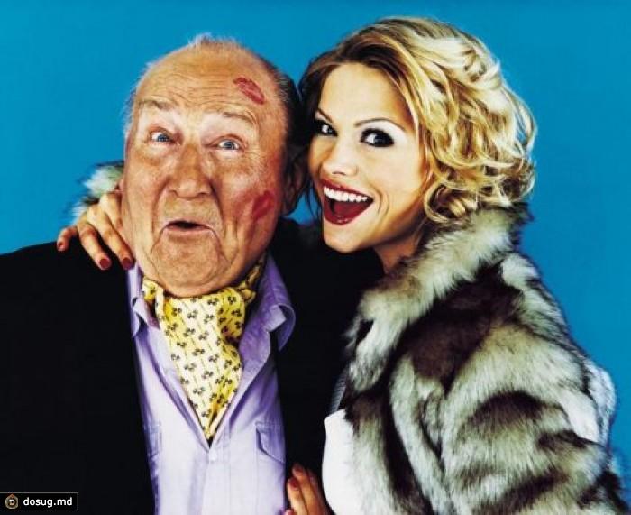 дедушка развлекается блондиками