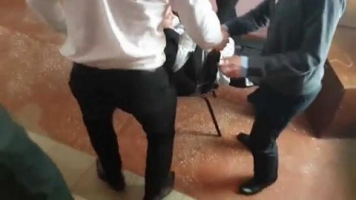 Видео как мужики связывают девушек скотчем разделяю