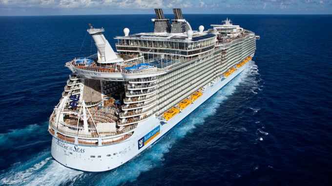 Круизный лайнер площадью в 4 футбольных поля - Allure of the Seas